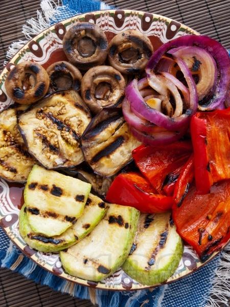 Печени зеленчуци на скара - патладжани, тиквички, червени чушки, гъби печурки - снимка на рецептата